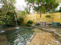 【打たせ湯露天風呂】  ・美人の湯と名高い飯山温泉。スベスベ肌になる泉質と好評。