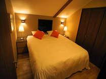 静かで落ち着いたベッドルームのベッドは極上の寝心地です