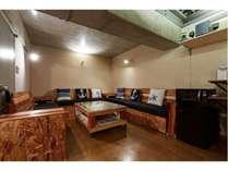 【秘密基地のような地下ラウンジ】地下室にはボードゲーム、卓球、ダーツがあります。