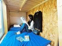 【ベッド内の様子】室内は縦2m×横1mと一般的な2段ベッドよりも広々と使えるように設計しております。