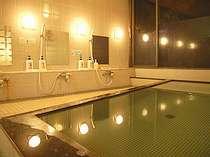 本館大浴場は眺めが良く、開放感とやわらかく絹ようなお湯で体の芯からあたたまります☆
