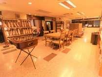2階のロビーとなります。フリーレンタル品や無料サービスが充実。家族で寛げるスペースもございます。