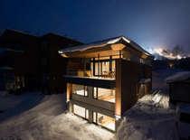 冬の外観。すぐ裏手にスキー場が見えます。