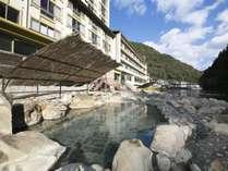 源泉かけ流し♪+川のすぐ横に露天風呂がございます。
