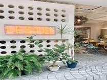 LESTEL NAHAの1階にはオシャレなカフェがあり、1 日の終わりは、バー / ラウンジで 飲んで楽しめます。