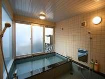 5階男性専用大浴場です。シャワーの洗い場4箇所あり。ボディソープ・リンスインシャンプーあり。