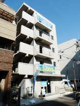 堺筋日本橋3交差点を東へ徒歩2分で左手にほっかほっか亭です。手前を左折すると、右手前方にございます。