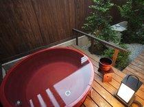 鹿鳴山荘 梅 露天風呂が赤い陶器のお風呂です。春には庭の紅梅がふくいくと薫ります。