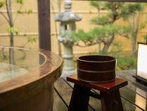 ・露天風呂付き客室【松】露天風呂檜のお風呂です。