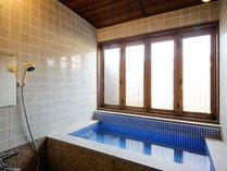 鹿鳴山荘 菖蒲の間のモザイクタイルが可愛いお風呂。田舎家のような天井と2間続きのお部屋です。