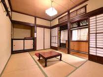 *自炊部和室6畳/廊下には温泉パイプが通っているので、冬でも暖かく過ごせるお部屋です。