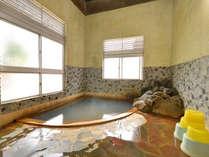 *亀若の湯/肌にスーッと馴染むやわらかな天然温泉は単純泉の泉質。義経の子供が産声を上げた湯でもある。