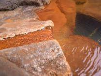 *啼子の湯/湯口から湧き出る天然温泉は、つるつるとした肌触りが心地よい重曹泉。