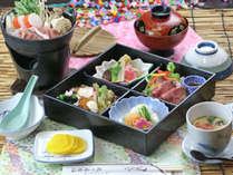 夕食の松花堂弁当。地元のお料理屋さんからの仕出しをご用意いたします。