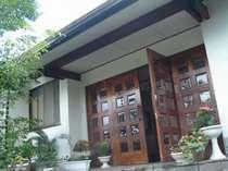木製ドアがすてきな玄関先。