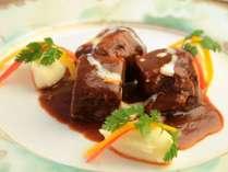 夕食、肉料理一例。お待ちかねのメイン。ほろりととろける味わい。