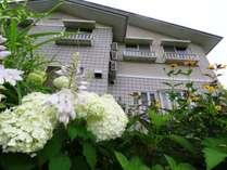 外観。グリーンシーズンは季節の花に囲まれます。