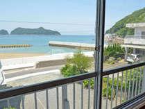*窓からビーチが一望。海へ徒歩50歩!!