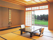 【和室客室】日本庭園を眺めてゆったりとお寛ぎ下さい。