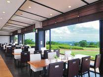 【レストラン】大きな窓で仕切られた空間、景色を見ながらのお食事をどうぞ♪