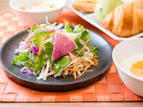 朝食:有機JAS認定野菜にスーパーホテルオリジナルのドレッシングをかけてお召し上がりください。
