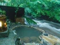 【大浴場】「川湯」は、テレビや雑誌などでもよく取材される露天風呂で、当館でも一番人気の露天風呂です