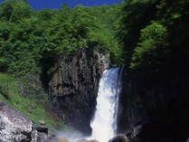 【苗名滝】車で20分。日本の滝百選にも選ばれた豪快な滝。