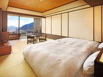 【露天風呂付客室】すべての客室に眺望が楽しめる信楽焼の温泉露天風呂をご用意しています