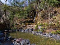 四季の移ろいを感じられる木々に囲まれて楽しむ温泉。5階「車沢の湯」露天風呂