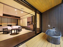 【露天風呂付客室】は畳にローベッド。眺望が楽しめるよう高座椅子をご用意しています。