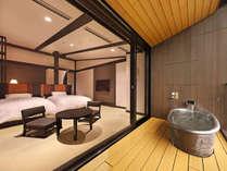 雄大な自然が一望できる【最上階露天風呂付客室】。天井が高く、ロフトのようなスペース付きのお部屋です