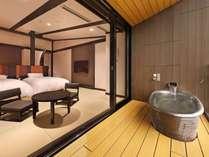 【最上階露天風呂付客室】天井が一段と高いお部屋。眺望が楽しめる温泉露天風呂付き