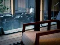 【露天風呂付特別客室「箱根遊山」】露天風呂一例。温泉をじっくりと堪能