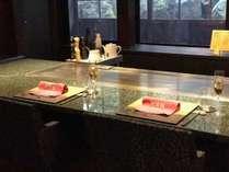 【鉄板焼迎賓館】料理長こだわりの松阪牛と旬の魚介類や野菜を目の前で調理。17:30~20:00