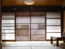 木製の格子戸やモダンガラスが残る和室です。