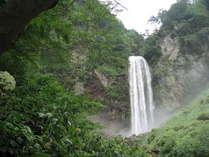 平湯大滝 幅6m高さ64mの瀑布 冬にはこの滝が凍ります