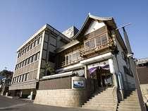 長良川畔に位置しております。