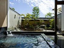 内湯の奥に、温泉露天風呂がある。内側からも窓が大きく取られているので開放的な雰囲気。