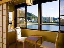 川側のお部屋からは清流長良川と岐阜城、金華山が臨めます。