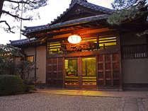 """≪外観≫東大寺別院を移築した純和風旅館""""庭園の宿""""観鹿荘。"""