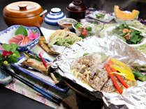 【夏季・ご夕食一例】自家製塩麹とあわせた地元国産豚。陶板でじっくり焼き上げ、とってもジューシー♪