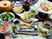 【ご夕食一例】自家製塩麹のホイル焼きをメインに、旬の食材を使用した郷土料理をご提供。