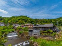 【高尾荘・外観】花合野川沿いにあるこじんまりした宿です。