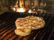 当ホテルはレストランを併設しております。薪焼きグリルを使った料理をお楽しみいただけます。