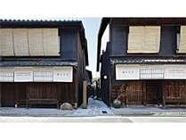 路地の両側に10棟の京町家が立ち並ぶ