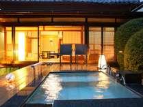 庭園露天風呂付客室伊東 緑涌。ウッドデッキに広い露天風呂(客室一例)