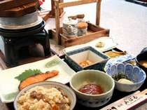 朝食は釜の炊き込みご飯と地のもの和定食(料理一例)