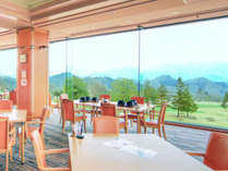 レストランの一面の窓とロケーションが自慢です