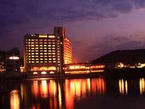ホテル外観(夜)お部屋の窓からは美しい瀬戸内海を眺められます。夜には海にうつる対岸の灯りも美しい。