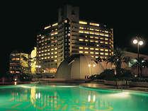 プールサイドから眺めるホテル